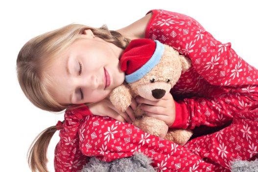Pige iført julepyjamas